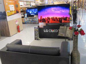 有機ELを採用したLGのテレビとソファ。横に置かれたバラが売り場のアクセントにもなっている