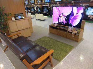パナソニックのテレビとソファの組み合わせ。画一的できない組み合わせに店舗としての本気度が感じられる