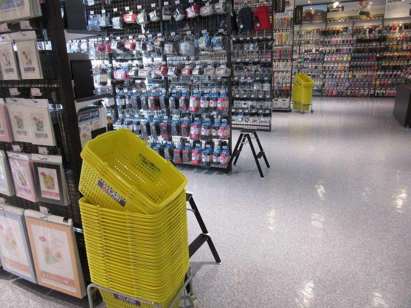 小物や最寄り品のコーナーにはカゴを配置。高所の商品を選ぶ時に役立つ脚立も用意している