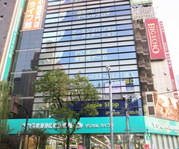 新橋駅前のツクモデジタル.ライフ館。来店客はビジネスマンが多い