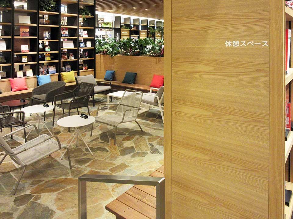 売り場の中央部に配置された休憩スペース。手前と左側の棚は、いわゆる本棚