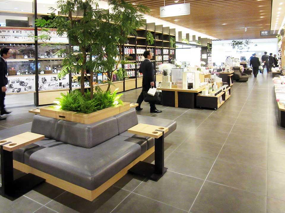 売り場の中央部に設けられたソファ。コーヒーなどを置くための台も付いている