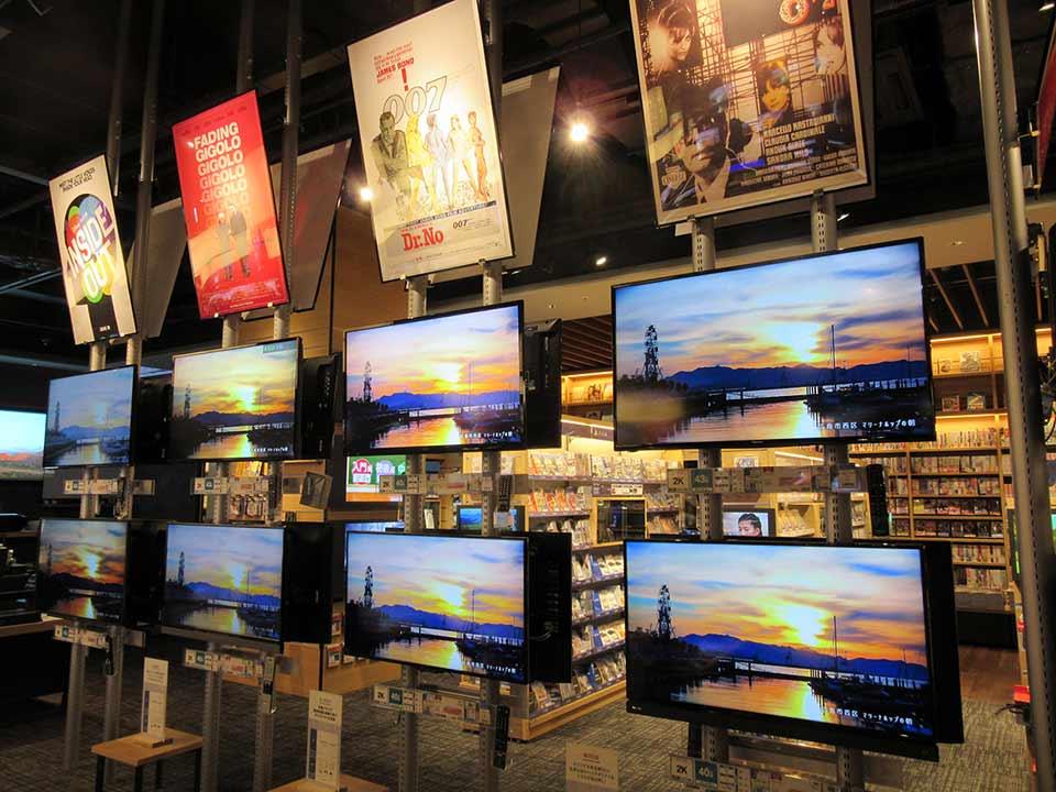 テレビは支柱を使ってサイネージやモニターのような展示になっている