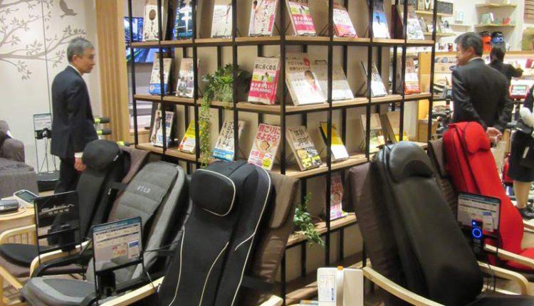 椅子に置かれたマッサージシート。背後には本棚を置き、関連する書籍を展示