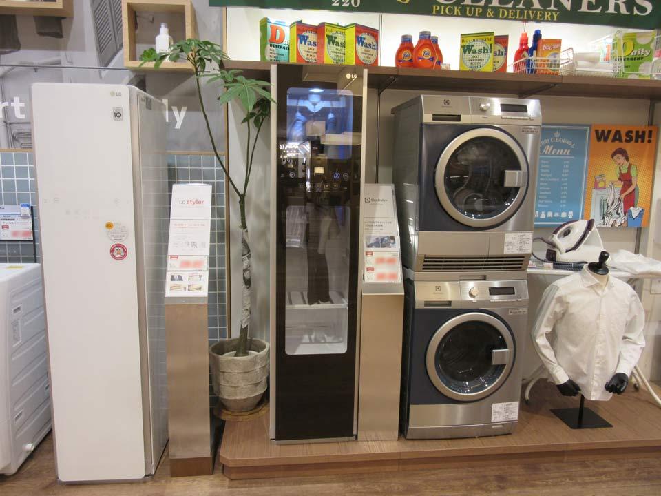 LG Stylerも展示。上部にある洗濯洗剤はいずれも海外製で、さながらインテリア雑誌