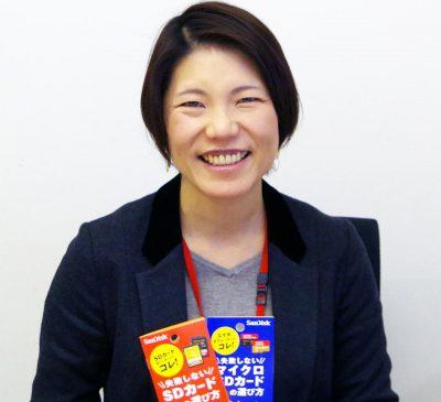 サンディスクの長谷川史子氏。手にしているのは、SDカードとマイクロSDカードの基礎知識を分かりやすくまとめた同社の冊子