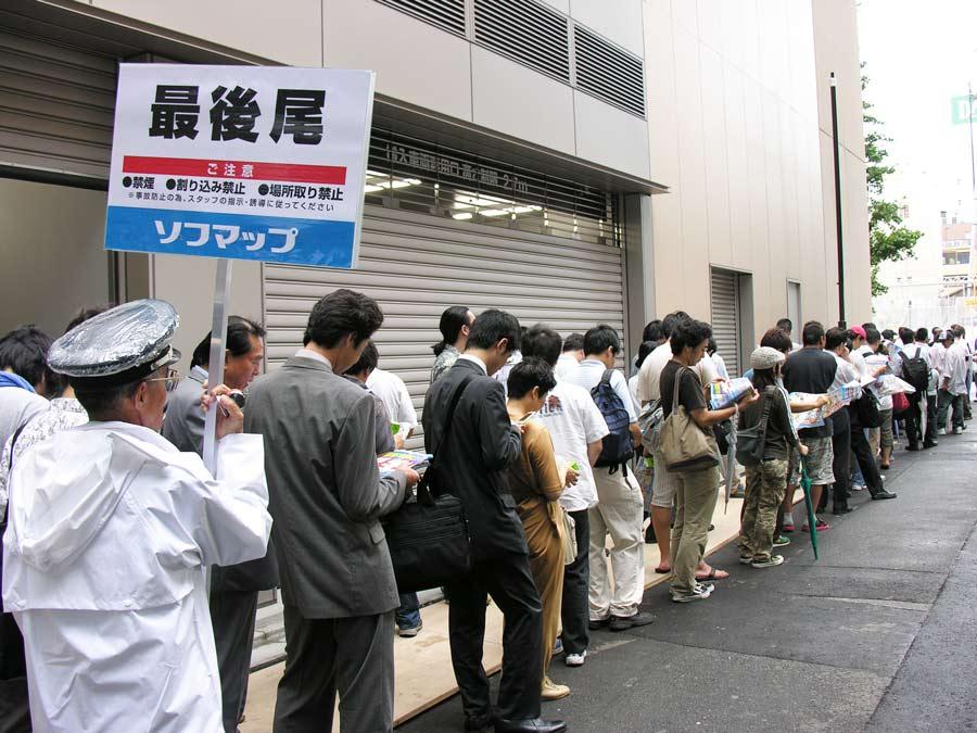 オープン当日は数百人の行列ができ、警備員も配置されるほどの賑わいを見せた