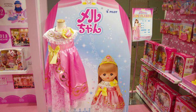 「メルちゃん おそろいドレス撮影会」では、開催する販売店に、女児用ドレス3着、メルちゃん1体、背景ボード1枚、告知ポスター2枚がセットになっている