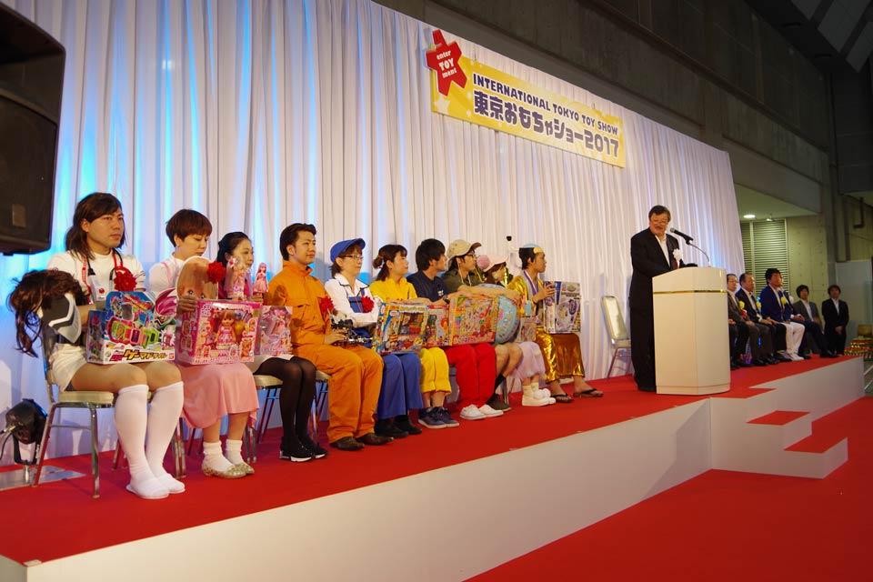 オープニングセレモニーでおもちゃ大賞を受賞社を発表する日本玩具協会の富山会長