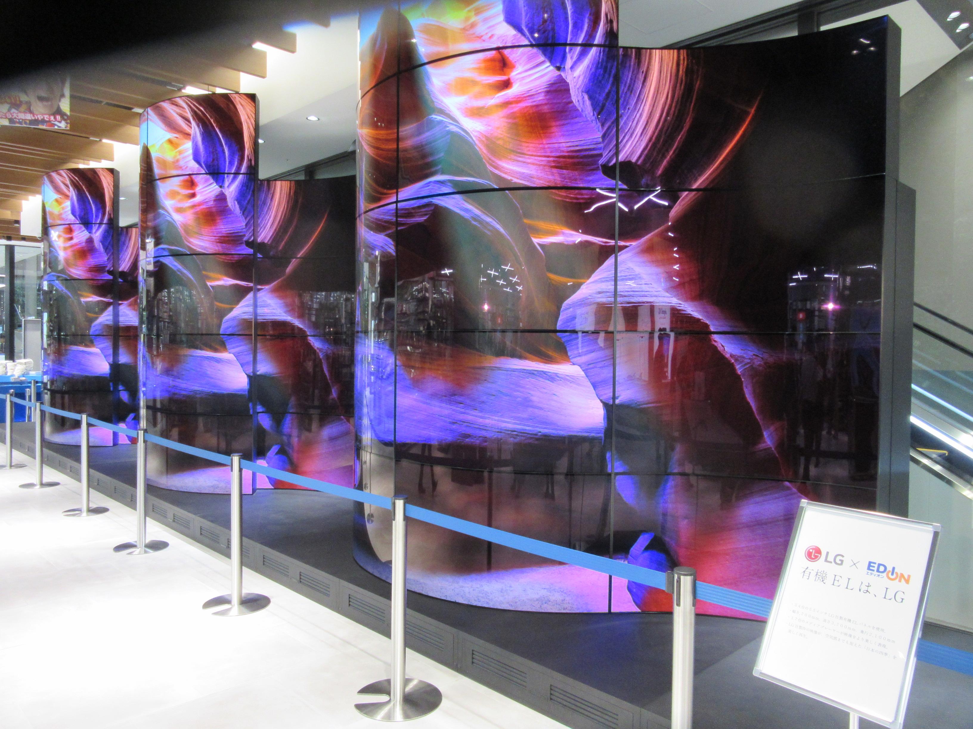 メインエントランスを入ると、LGの有機ELパネルによるサイネージを設置。55インチ×54枚で日本最大サイズという