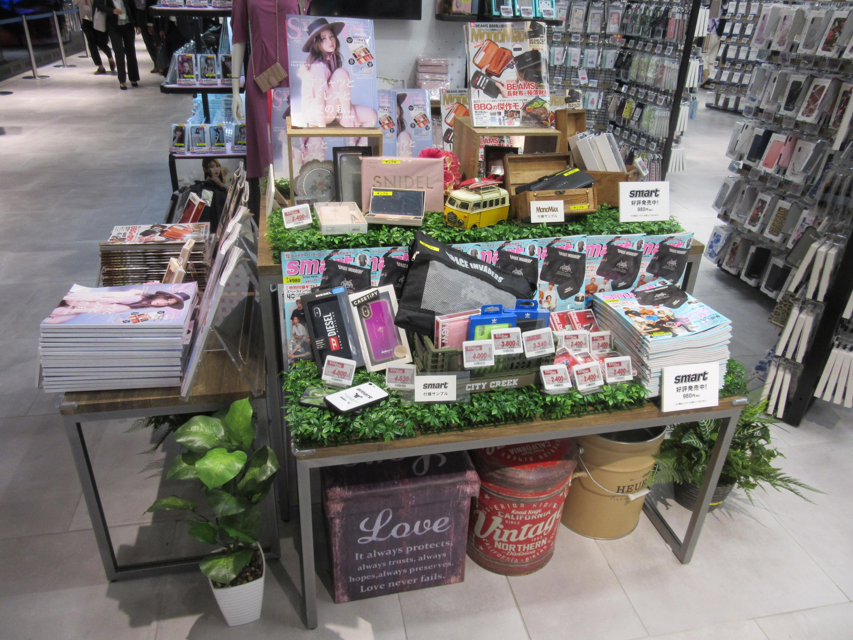 宝島社とのコラボで、スマートフォンのアクセサリーを集合展示。平場に単に並べるのではなく、遊び心のある展示となっている