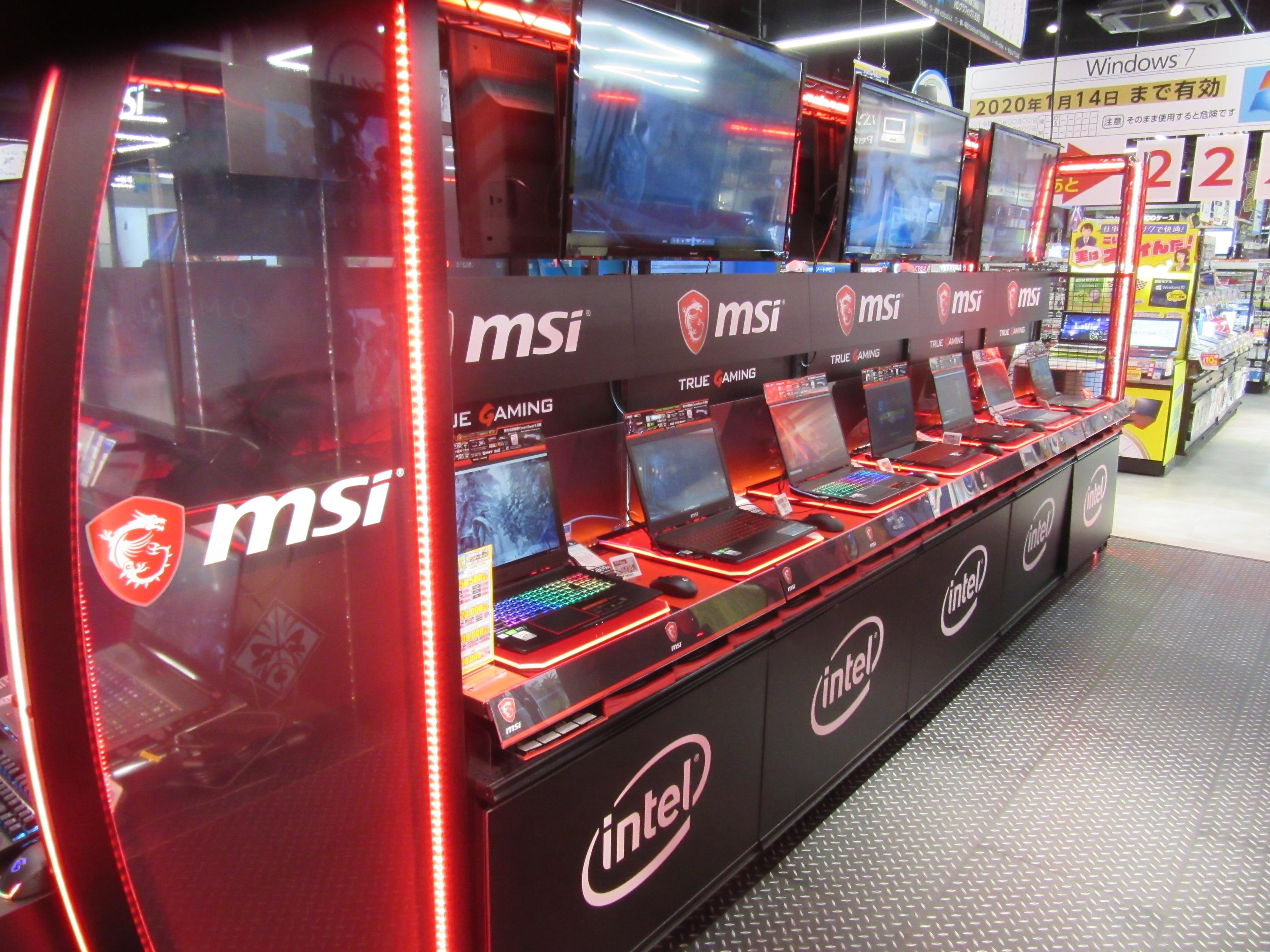 e-スポーツコーナーの隣にゲーミングPCを展示し、体験が販売に結びつくような売り場レイアウトだ