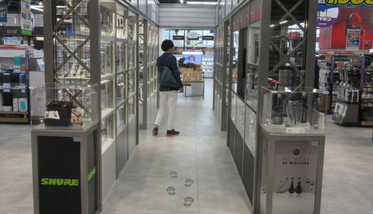 ショーケースに展示されたヘッドホンを左右に見ながら通り抜けるヘッドホン・ゲートは、売り場の中でのアクセント効果が抜群