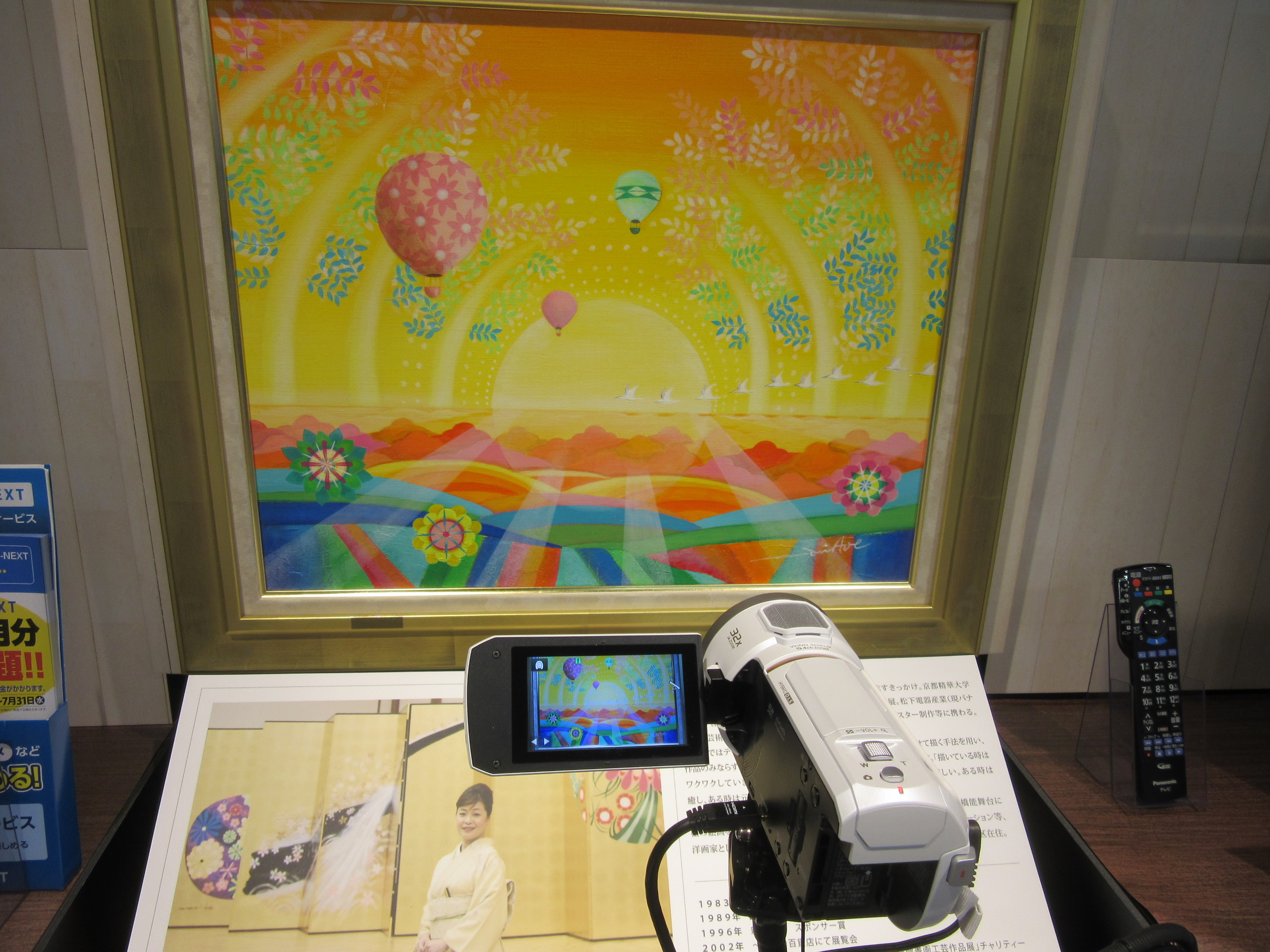 テレビの画質比較。絵画を中心に各社のテレビを配置し、その場で撮影している画像を投影して画質の比較ができる