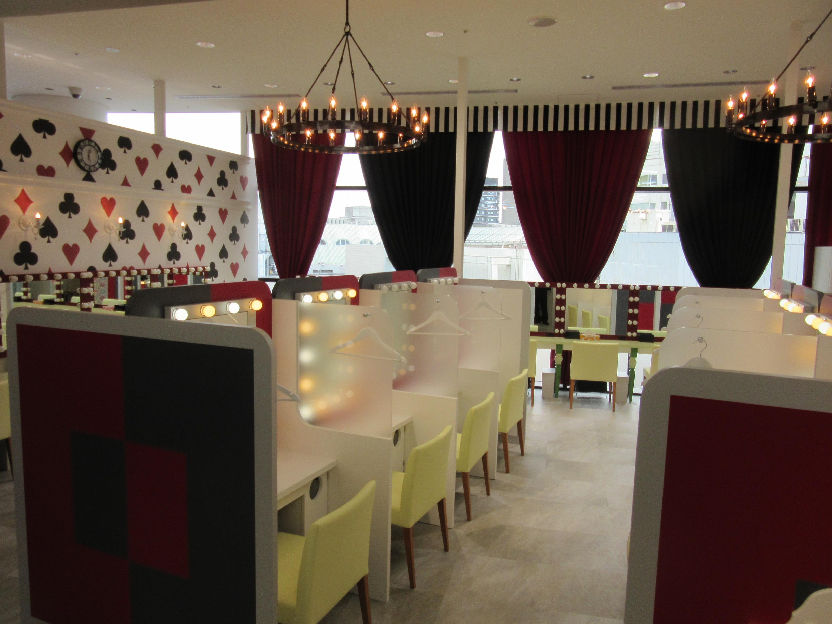 有料パウダールームのe-princessでは、備え付けのコスメや理美容家電を使ってヘアケアやスキンケア、メイクができる。席数は27あり、ルーム内の雰囲気は売り場と全く異なる
