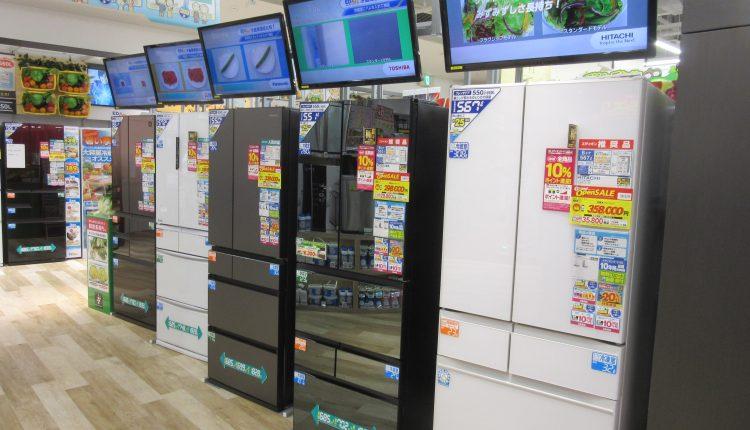 冷蔵庫の上部にサイネージを設置して、お客への提案に活用。通常はデッドスペースとなる空間も商品訴求に活かす