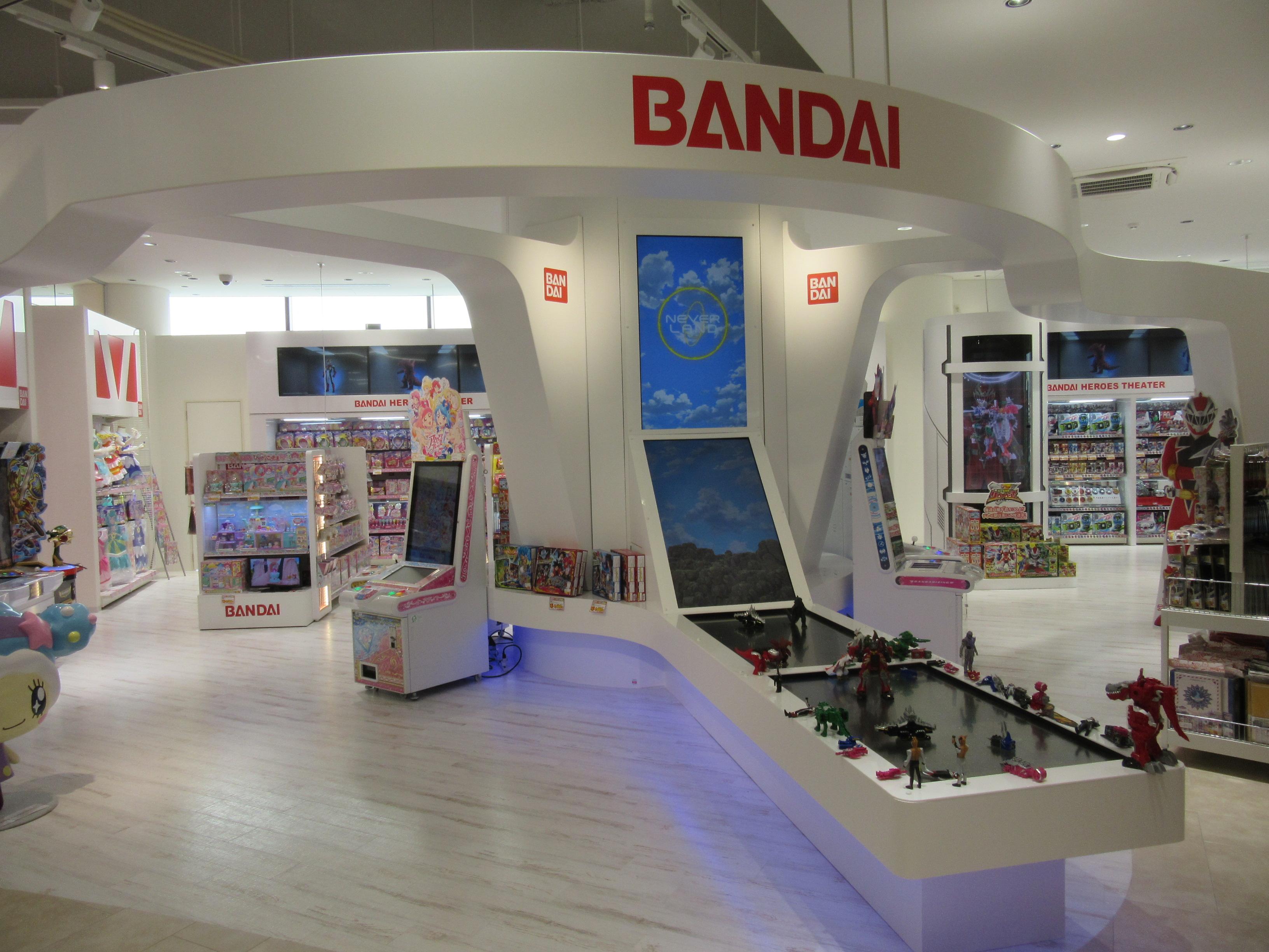 バンダイブースでは、バンダイのキャラクターグッズを集めている