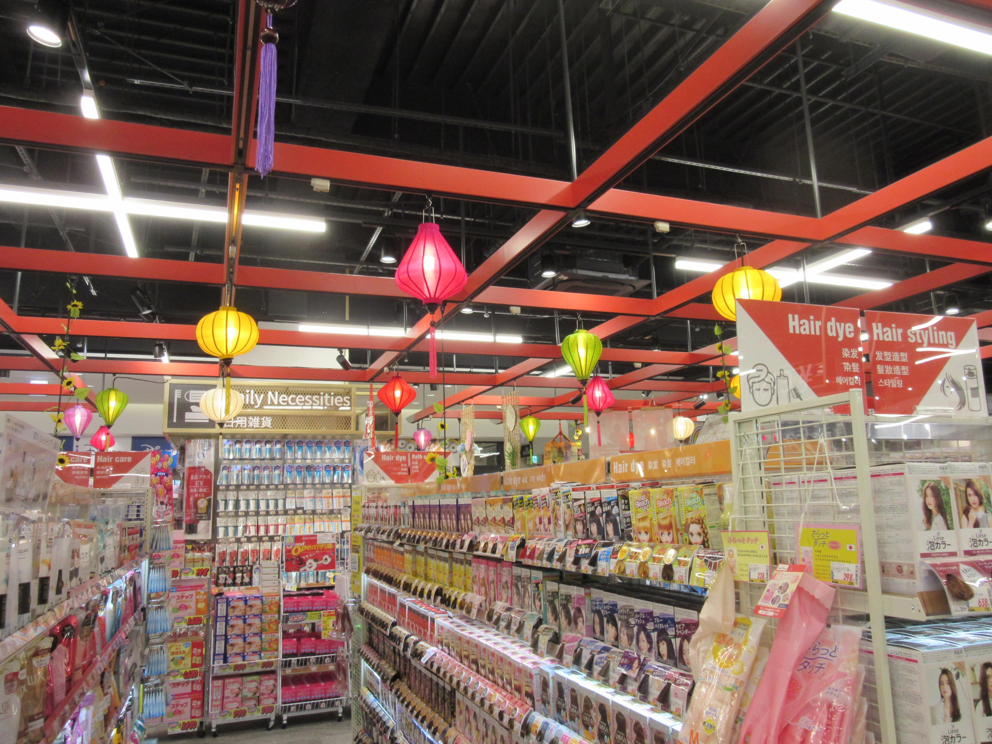 お土産品やドラッグ商材なども、和風テイストの売り場装飾で訪日外国客にアピール