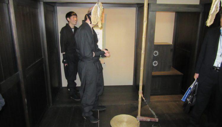 忍者屋敷の内部には隠し戸などが設置され、屋敷からの脱出ゲームが楽しめる