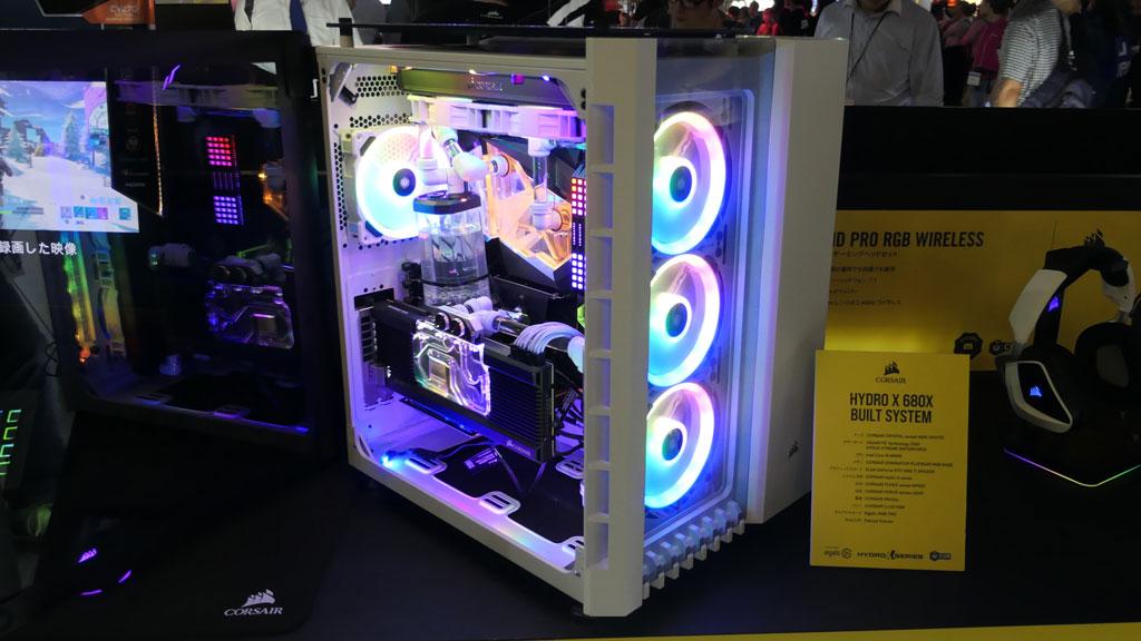ゲーミングPC用のケースやキーボード、マウス、システム冷却、電源、ファンなどを取り扱うCORSAIRのブースでは、プロゲーマーが組み立てた自作マシンを展示