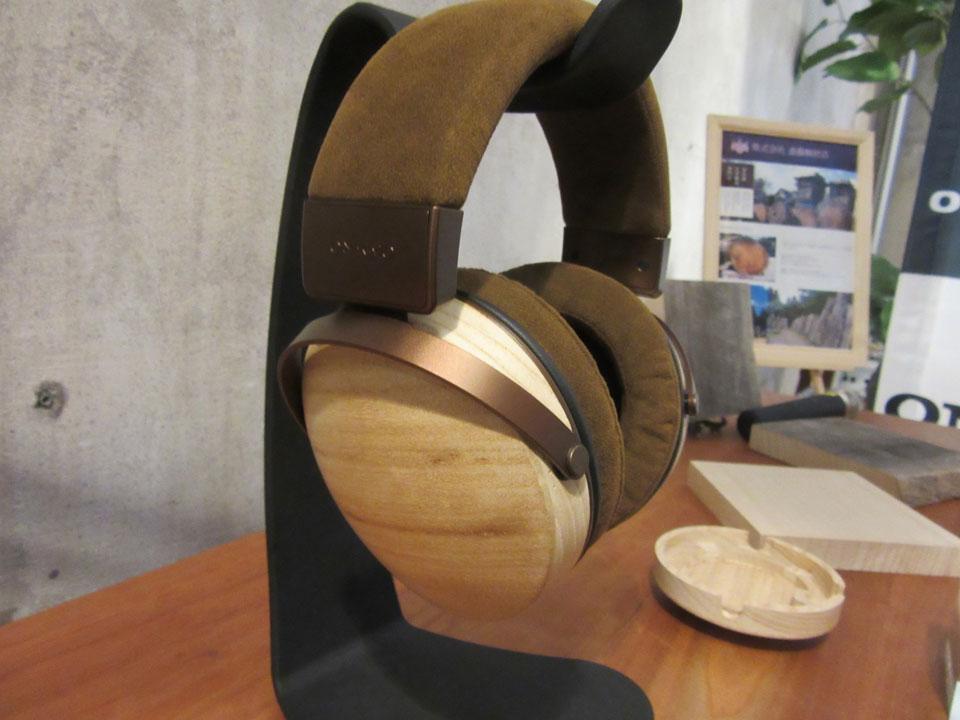 クラウドファンディングで販売した桐製のヘッドホンも「ONKYO BASE」で展示