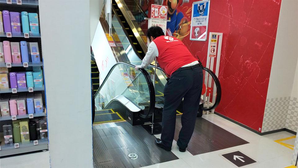 どこの店舗でもエスカレーターの手すりを拭く従業員の姿が目立つ