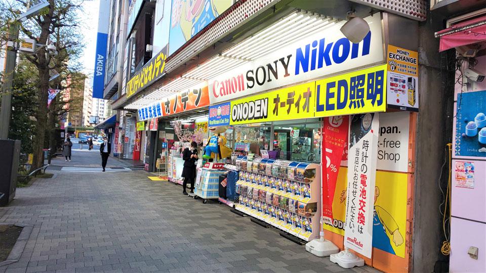 秋葉原・中央通りではオノデンが営業。入り口でマスクや消毒用アルコールを販売していた。その奥のラオックスとエディオンは休業