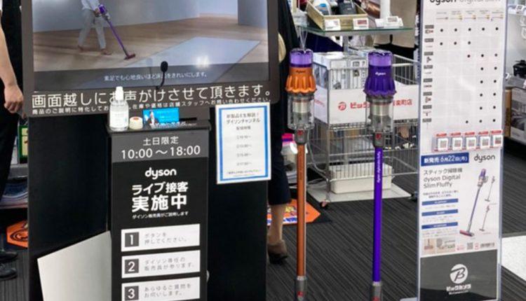 モニターの周囲にはボタンのほか、カメラ、マイク、スピーカー、什器の背後にはそれらをつなぐパソコンとSIM対応ルーターが設置されている。また、展示機や購入カードも手に取れる位置に置かれている